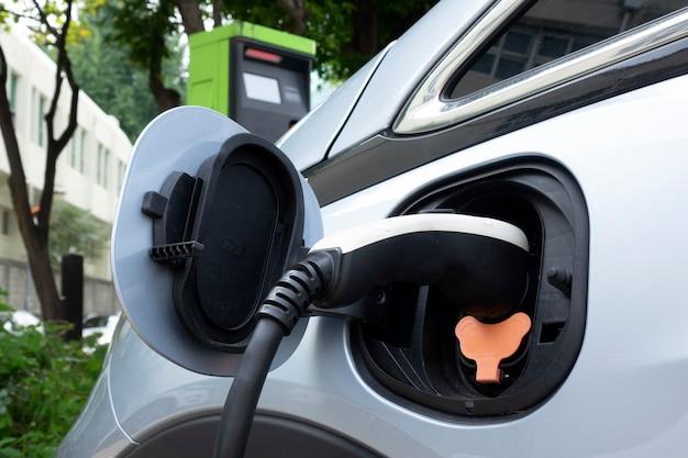 Voedingsaansluiting aansluiten op elektrisch voertuig voor opladen naar de batterij Premium Foto