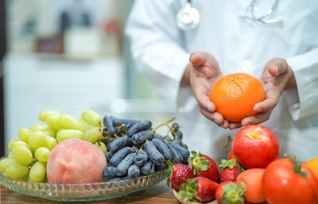 Voedingsdeskundige arts bedrijf oranje. Premium Foto
