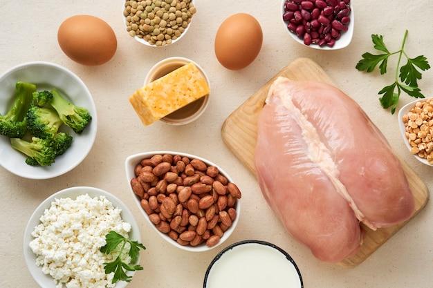 Voedingsmiddelen rijk aan eiwitten op een lichte achtergrond Premium Foto