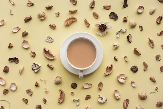 Voedsel, aroma, vanille bovenaanzicht met koffiekopje geïsoleerd Premium Foto