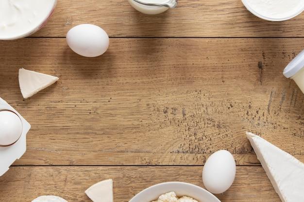 Voedsel cirkelframe met houten achtergrond Gratis Foto