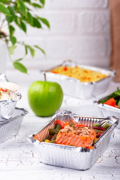 Voedsel levering concept. lunch in container Premium Foto