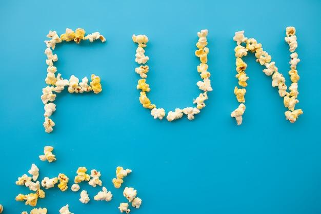 Voedsel. woord van plezier. popcorn emmer. heerlijke popcorn. bioscoop Premium Foto