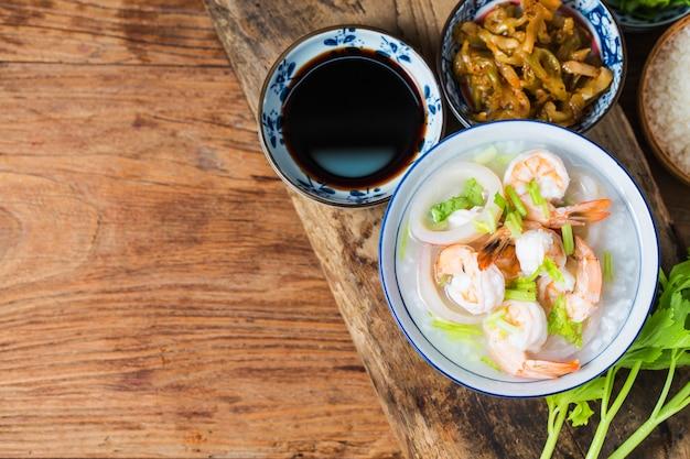 Voedzame en heerlijke zeevruchtenhavermoutpap Premium Foto