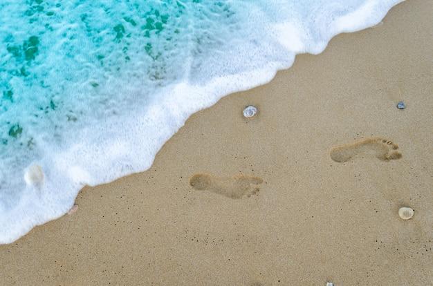 Voetafdrukken op het zand Premium Foto