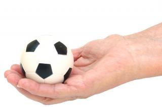 Voetbal bal in de hand, een Gratis Foto