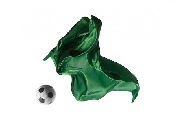 Voetbal en gladde elegante transparante groene doek geïsoleerd of gescheiden op wit Gratis Foto