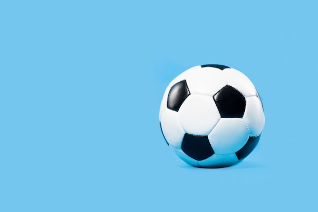Voetbal op blauwe achtergrond Gratis Foto