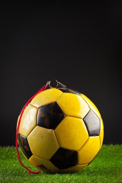Voetbal op het groene veld Premium Foto