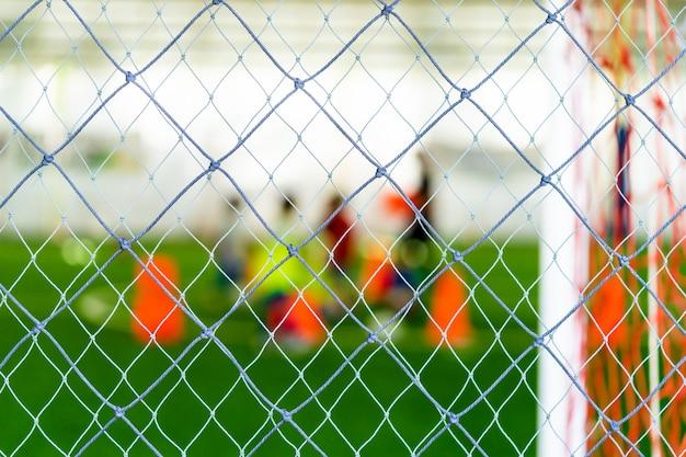Voetbal opleidings netto onduidelijk beeld op opleidingsgrond met kinderen Premium Foto