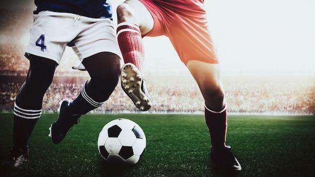 Voetbal voetbalspelers rode en blauwe team concurrentie in het stadion van de sport Premium Foto