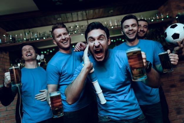 Voetbalfans vieren doel en bier drinken. Premium Foto