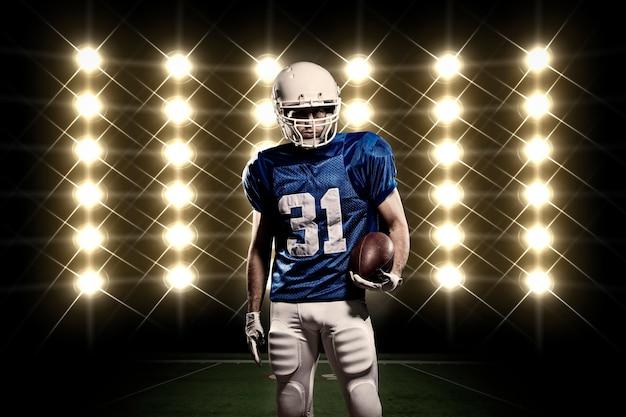 Voetballer met een blauw uniform voor lichten Gratis Foto