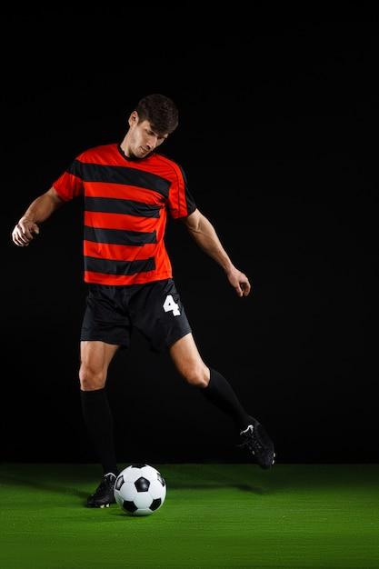 Voetbalspeler bal schoppen, voetballen Gratis Foto