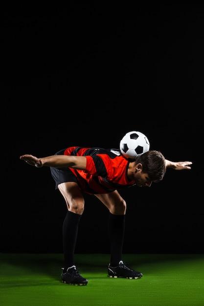 Voetbalspeler trucs met bal Gratis Foto
