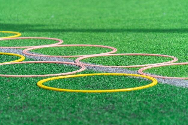 Voetbalsport opleidingsmateriaal op groen openluchtvoetbal opleidingsgebied Premium Foto