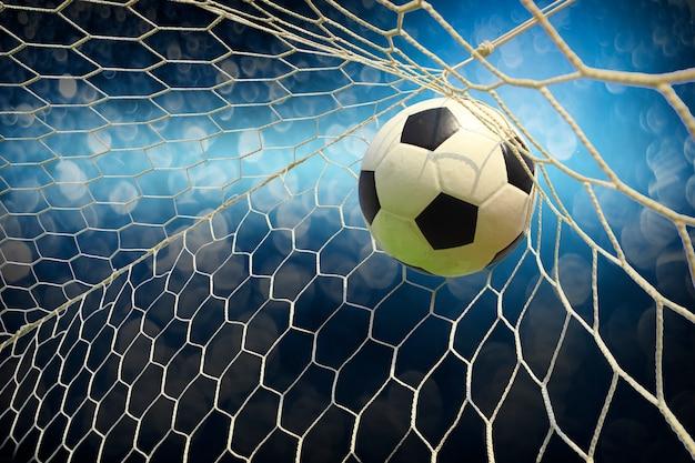 Voetbalveld met een bal Premium Foto