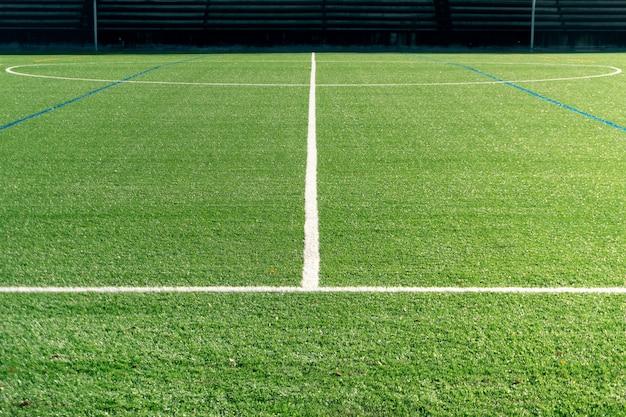 Voetbalveld met een nieuw kunstgrasveld Premium Foto