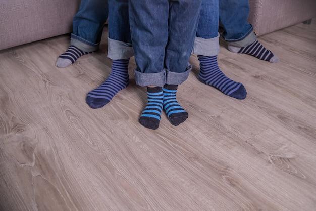 Voeten in sokken. mensen in blauwe jeans, blauwe sokken. mensen benen, lichaamsdeel. Premium Foto