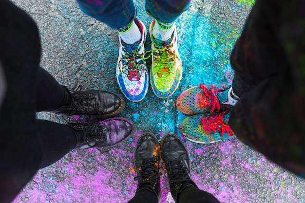 Voeten van mensen die zich op weg in kleurrijke verf bevinden Gratis Foto