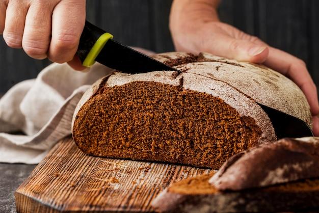 Volkoren brood op snijplank vooraanzicht Gratis Foto