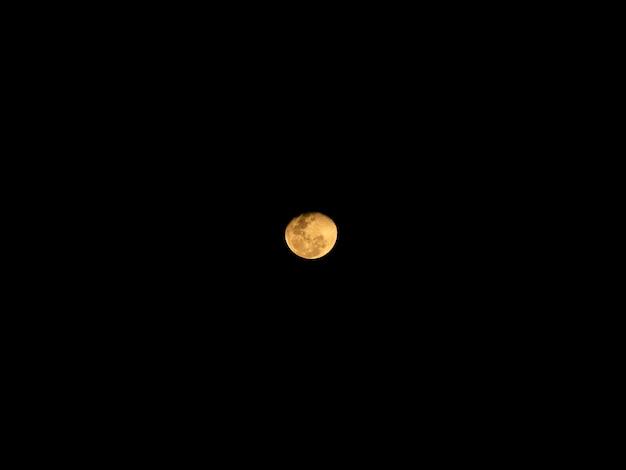 Volle maan achter wolken 's nachts Premium Foto