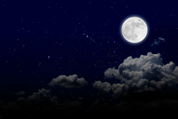 Volle maan met sterrenhemel en wolken. romantische nacht Premium Foto