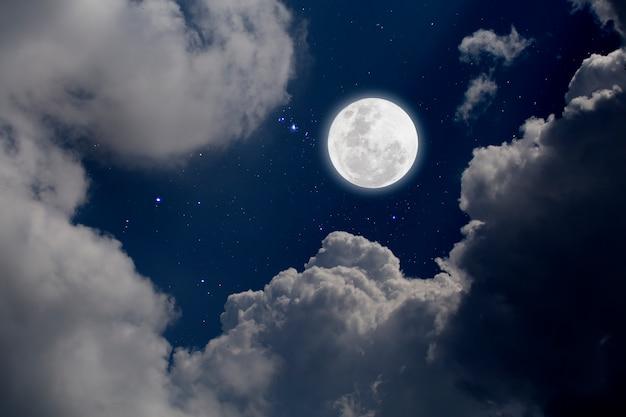 Volle maan met sterrenhemel en wolkenachtergrond. romantische nacht Premium Foto