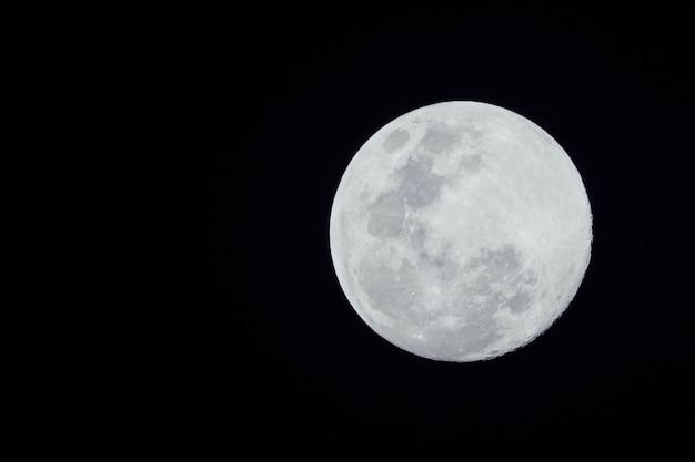 Volle maan op donkere achtergrond Gratis Foto