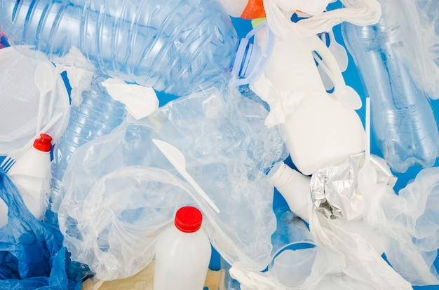 Volledig frame van plastic zak en fles voor recycling Gratis Foto