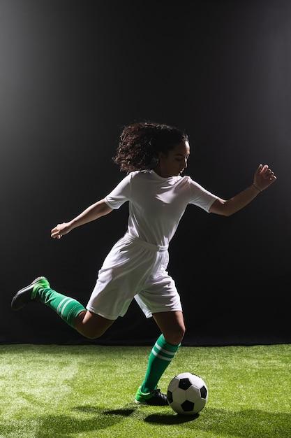 Volledig geschoten fit vrouw voetballen Gratis Foto