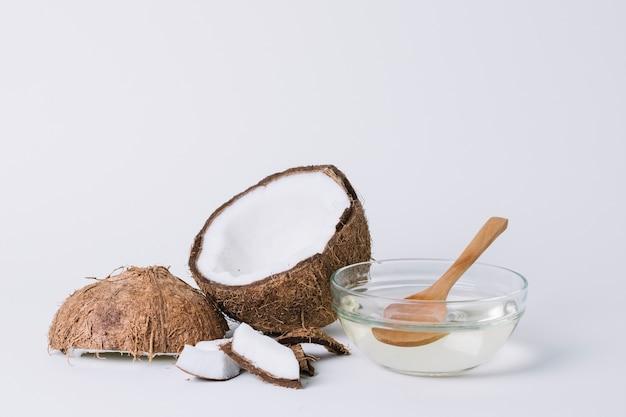 Volledig geschoten kokosnoot met kokosoliesamenstelling Gratis Foto