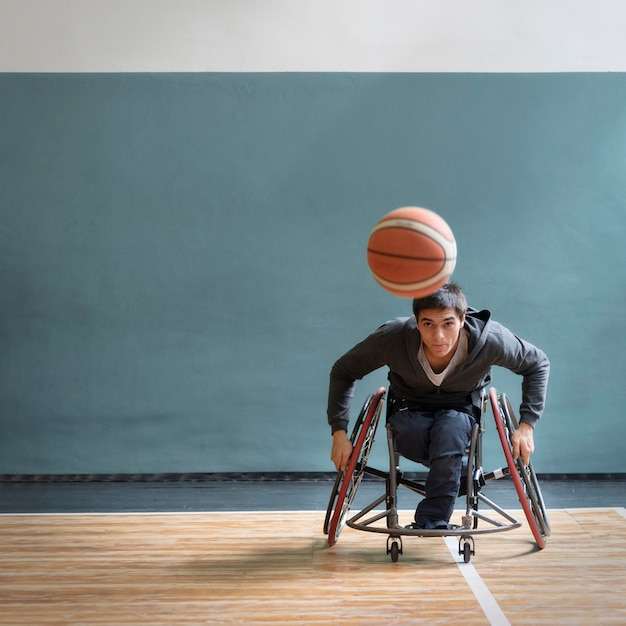 Volledig geschoten man in rolstoel speelspel Gratis Foto
