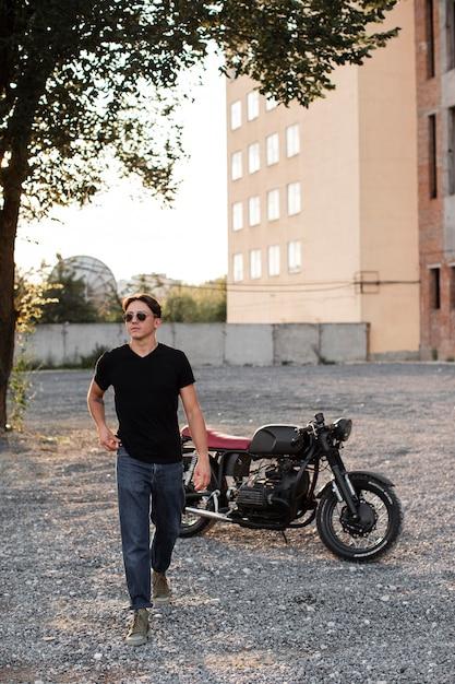 Volledig geschoten man met motorfiets buitenshuis Gratis Foto