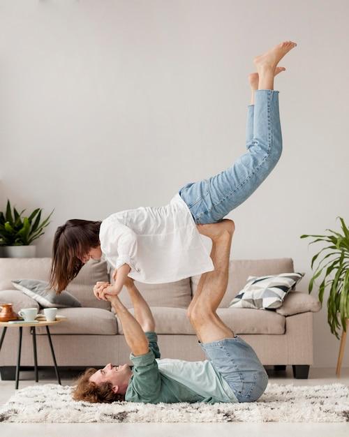 Volledig geschoten paar dat samen yoga beoefent Gratis Foto