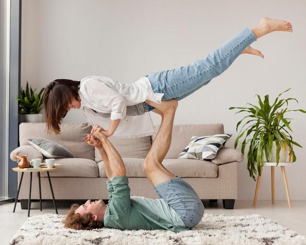 Volledig geschoten paar dat yoga beoefent Gratis Foto