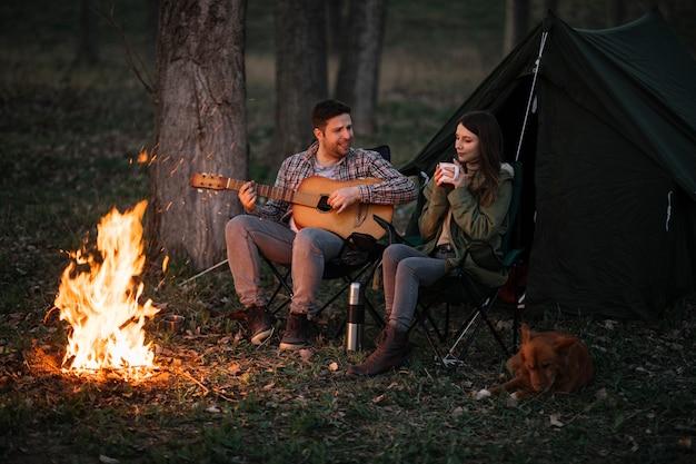Volledig geschoten paar met gitaar Premium Foto