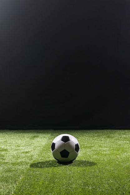 Volledig geschoten voetbal op het veld Premium Foto