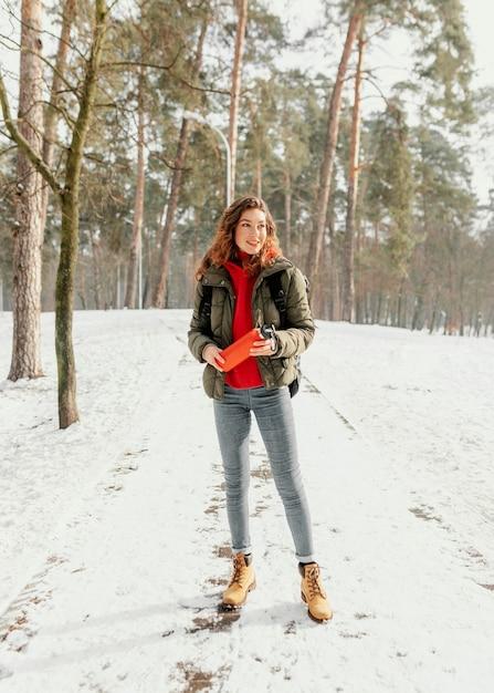 Volledig geschoten vrouw op bosweg Gratis Foto