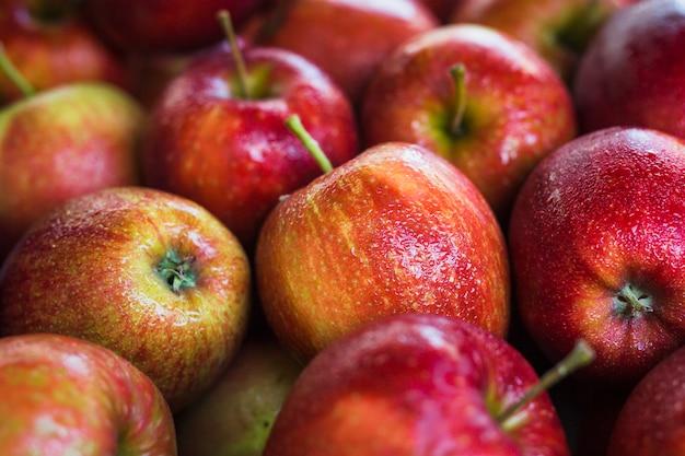 Volledig kader van natte verse rode appelen Gratis Foto