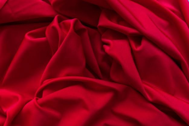 Volledig kaderschot van verfrommelde rode satijnstof Gratis Foto