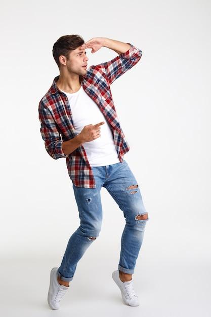 Volledig lengteportret van een aantrekkelijke mens die vinger weg richt Gratis Foto