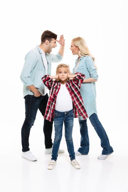 Volledig lengteportret van een familie hebben en argument Gratis Foto