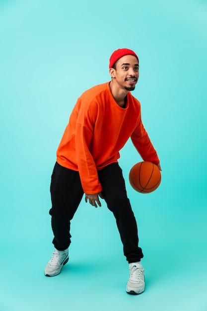 Volledig lengteportret van een glimlachende jonge afro amerikaanse mens Premium Foto