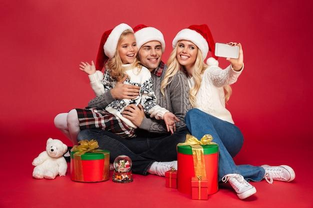Volledig lengteportret van een mooi gezin met een kind Gratis Foto