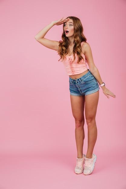 Volledig lengteportret van een mooie vrouw in de zomerkleren Gratis Foto