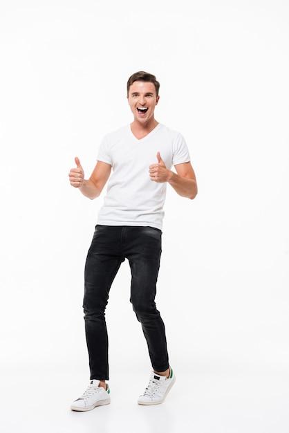 Volledig lengteportret van een vrolijke mens in witte t-shirt Gratis Foto