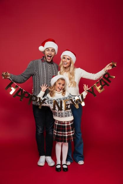 Volledig lengteportret van een vrolijke mooie familie Gratis Foto