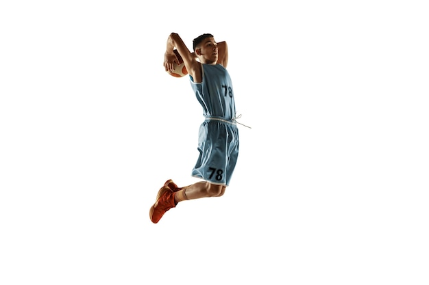 Volledig lengteportret van jonge basketbalspeler met een bal die op wit wordt geïsoleerd Gratis Foto