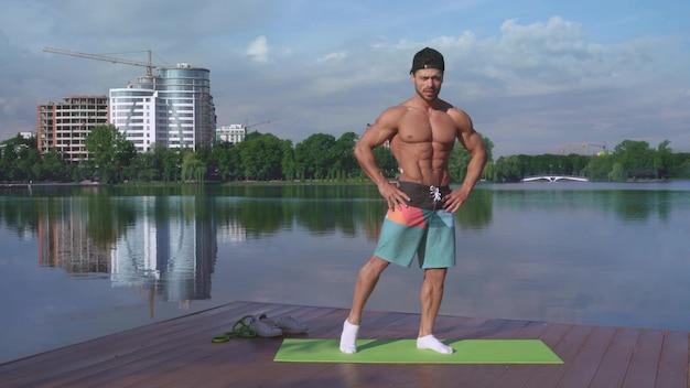 Volledig lengteportret van spierkerel opleiding op frisse lucht Premium Foto